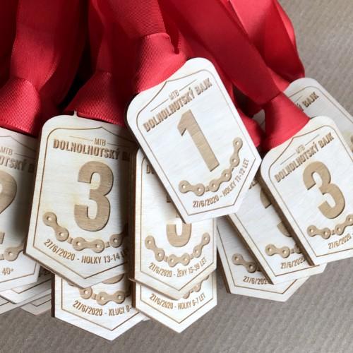 Dřevěné medaile z překližky se stuhou pro sportovní závod v Dolní Lhotě