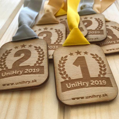 UniHry 2019 dřevěné ekologické medaile pro vítěze