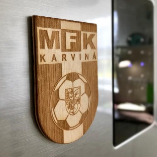 Krásná magnetka na lednici vyrobená ze dřeva s motivem loga MFK Karviná