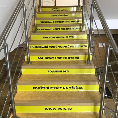 Pobočka Raiffeisen Stavební Spořitelny v Karviné má nově polepené schody reklamou
